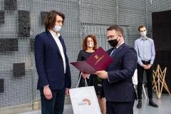 Inż. arch. Gabriel Krystoń odbiera nagrodę z rąk zastępcy prezydenta Białegostoku, dr. inż. Adama Musiuka