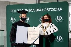Rektor PB Marta Kosior-Kazberuk oraz doktor habilitowany - w togach akademickich oraz maseczkach ochronnych